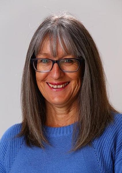 Lynda Rassie Headshot -1